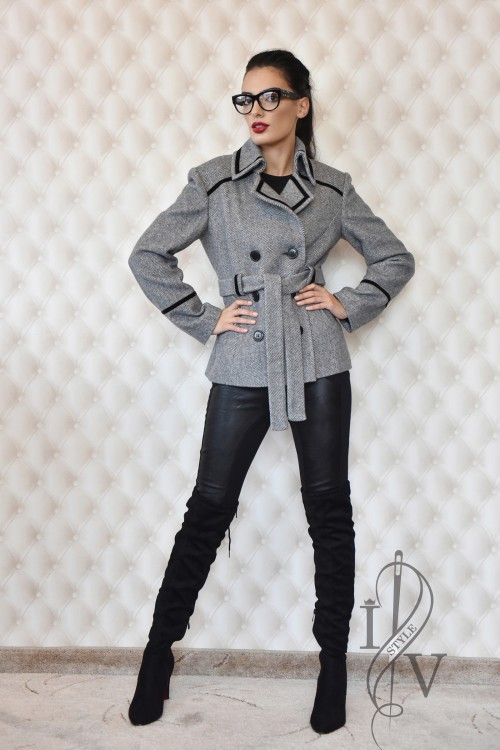Short two-line coat with belt