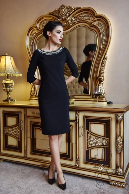 Черна рокля с нашито деколте с камъни и мъниста